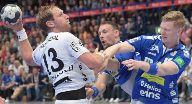 Aues Nico Schneider (r.) und Kevin Roch fassen beherzt hin. Da muss sich selbst Steffen Weinhold vom THW Kiel strecken.