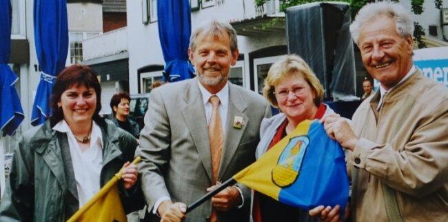 750 Jahre Dorsten im Jahr 2001: Carmen Fischer (l.), Dorstens damaliger Bürgermeister Lambert Lütkenhorst, Jutta Waldheim aus der Verwaltung und Hainichens damaliger Stadtchef Rainer Sobotka (v. l.).