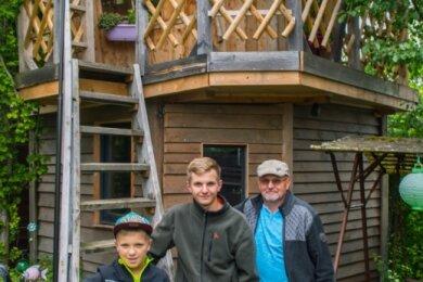 Dietmar Queck und seine Enkel Robin (16) und Jonas (9). Entstanden ist das Baumhaus für Robin vor zehn Jahren. Jetzt ist es das Reich von Jonas, dafür ist für den Größeren von beiden in der unteren Etage eine Werkstatt entstanden, wo er an Mopeds schrauben kann.