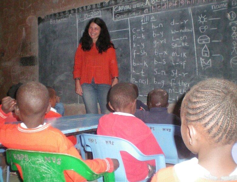 """<p class=""""artikelinhalt"""">Heike Chmiel unterrichtet in der Baharini Pre School in Kihoto. Klassenstärken von bis zu 60 Schülern gelten dort als völlig normal.</p>"""