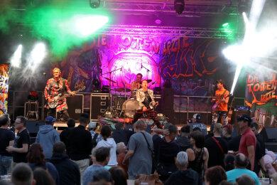 """Das Glauchauer Stadtfest fällt dieses Jahr aus. Im Vorjahr war beim Auftritt von """"Die Toten Ärzte"""" auf der großen Bühne auf dem Markt kein Sitzplatz mehr frei gewesen."""