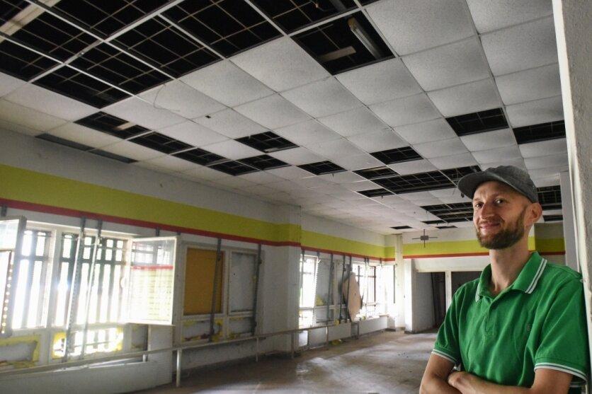 Christoph Mügge in einer früheren Kaufhalle in Hutholz, in der in diesem Jahr die Begehungen stattfinden. Der Wahl-Schwede will eine Installation beisteuern, für die er noch auf der Suche nach Baumaterial ist.