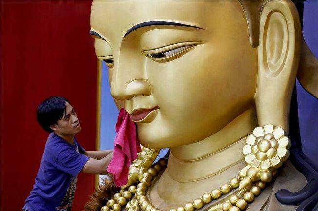 Ein Lächeln wie das von Buddha - hier wird eine Statue in Indonesien gereinigt - wird Forschern zufolge offenbar auch von Tieren verstanden.