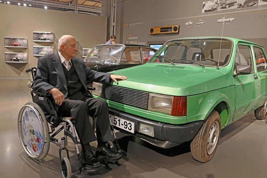 Winfried Sonntag streichelt im Zwickauer Horch-Museum die Motorhaube eines Prototypen, den er nie bauen durfte. Die DDR konnte sich seinen Fortschritt nicht leisten.