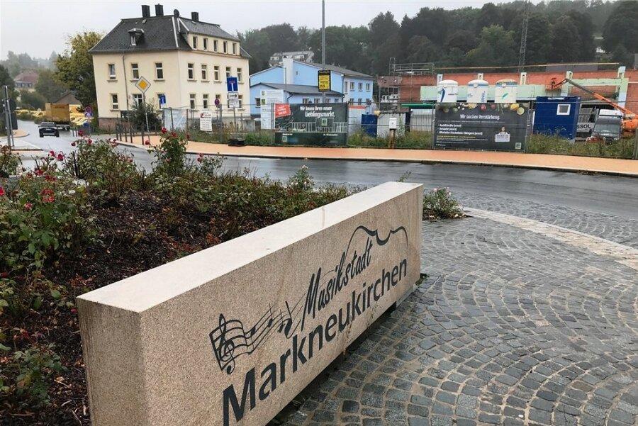 In die kleine Grünanlage am Abzweig der Poststraße von der Breiten Straße in Markneukirchen direkt hinter dem Kreisverkehr soll ein acht Meter hoher Werbepylon. Rechts der derzeit entstehende Edeka-Markt.