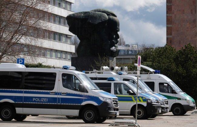 Polizeifahrzeuge stehen in der Innenstadt bereit.