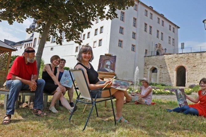 Es war heiß am Samstag. Und so waren die Künstler dankbar für eine kleine Pause an einem schattigen Plätzchen.