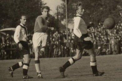 Im ersten Oberligaspiel von Lauter setzt Walter Espig (Mitte) gegen Rotation Dresden in dieser Szene zu einem seiner gefürchteten Linksschüsse an.