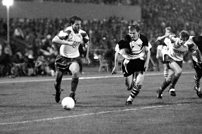 """Arnd Spranger setzt sich in dieser Szene gegen den Dortmunder Sergej Gorlukowitsch durch, rechts läuft Jens Mitzscherling mit. Insgesamt waren die Himmelblauen im Chemnitzer Sportforum """"Ernst Thälmann"""" aber chancenlos."""