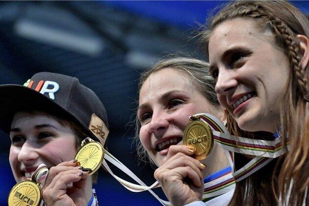 Kristina Vogel (Mitte) freut sich nach dem Sieg im Teamsprint gemeinsam mit Miriam Welte (rechts) und Pauline Grabosch. Für die Erfurterin vom Chemnitzer Erdgasteam war es bereits der zehnte WM-Titel.