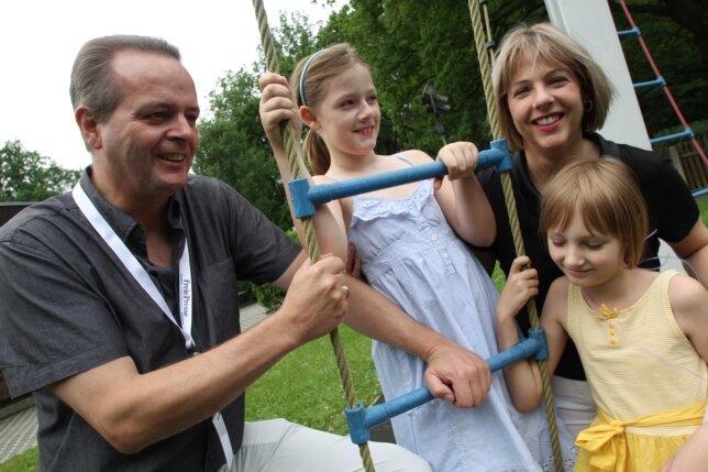 Eberhard Alles mit seinen Töchtern Madeline und Grace sowie seiner Frau Holly (von links).
