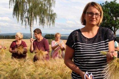 Lisette Teubert und neun weitere Landfrauen schnitten jetzt die erste Wintergerste für das Binden von Kronen und Kränzen.