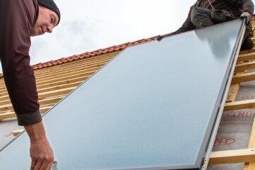 Für die Solarthermieanlage wurden 16 Sonnenkollektoren auf dem Dach montiert.