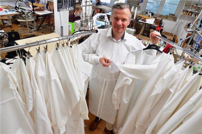 Axel Seidel konfektioniert in seinem Unternehmen Seidel Moden wiederverwertbare Klinikkittel. Sie wurden von mehreren Firmen der Region entwickelt.