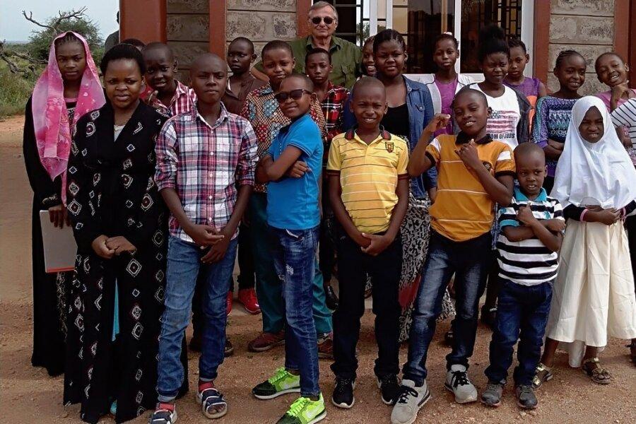 Erinnerung an den Besuch in Kenia im vorigen Jahr: Reinhard Grabrucker mit einer Gruppe Kinder, für die er eine Safari organisiert hat. Für die Mädchen und Jungen ein besonderes Erlebnis.
