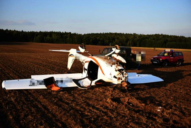 Zwei Personen bei Absturz von Kleinflugzeug leicht verletzt