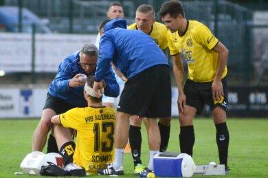Physiotherapeut Jens Richter verpasst Maximilian Schmidt einen Turban.