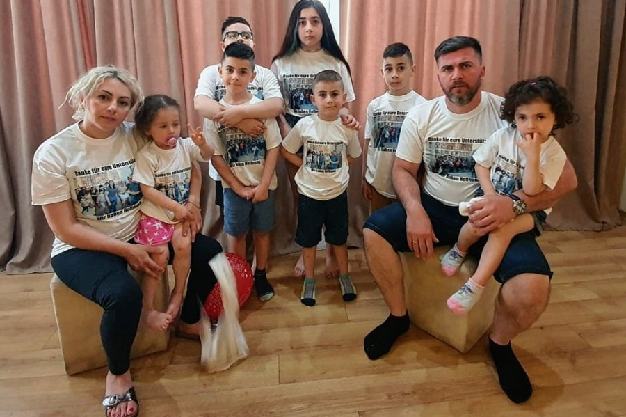 Ilona und Ilia Imerlishvili mit ihren sieben Kindern.