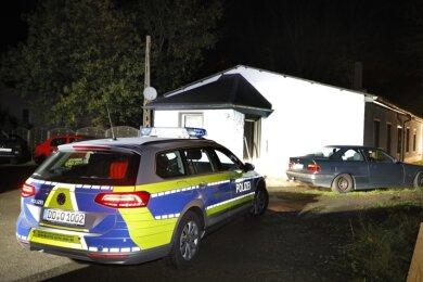 Mit Hilfe der Feuerwehr blieb das von einer Explosion erschütterte Haus auch am Sonntagabend hell erleuchtet.