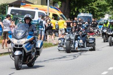 Nach einem Stopp an der Goldbachstraße zog die Motorrad-Demo mit etwa 50 Bikern am Samstag nach Hermsdorf weiter.