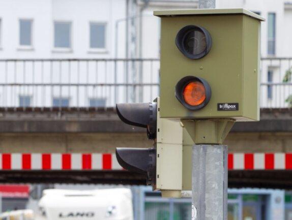An der Kreuzung Böhler-/Wiesenstraße steht seit 2016 Plauens bisher einziger Rotlicht-Blitzer. Bis Januar kommen im Stadtgebiet nun drei weitere dazu. Die Pläne .