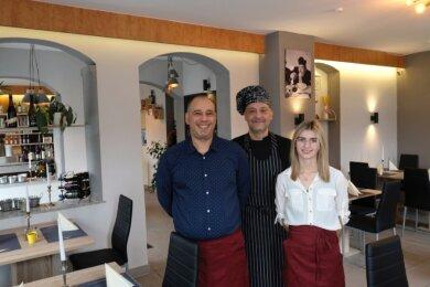 """Herzlich willkommen im """"La Torre"""": Restaurant-Chef Alessandro Renis (links), seine Partnerin Theresa Winkler und Küchenchef Roberto Murgia. Zum Team gehört noch Pizza-Bäcker Sama."""