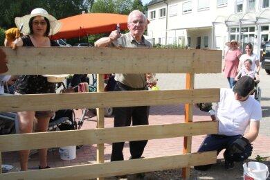 Mieter Fritz Otto (Mitte) ließ es sich nicht nehmen: Er hat Advita-Mitarbeiterin Steffi Langhammer und Jens Menzel, dem Angehörigen einer Bewohnerin (v.l.), beim Streichen des Zaunes geholfen.