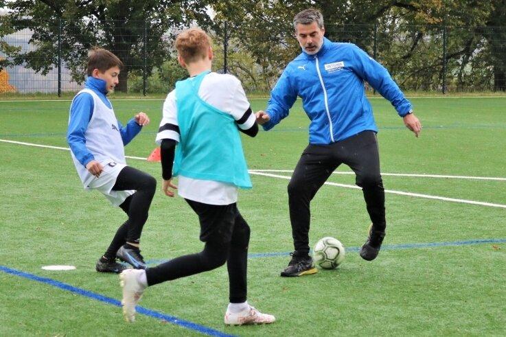 Ex-Profi René Tretschok (r.) gastierte diese Woche mit seinem Ferienfußballcamp in Augustusburg. Dabei gelang es ihm, die Jugendlichen zwei Tage lang zu begeistern.