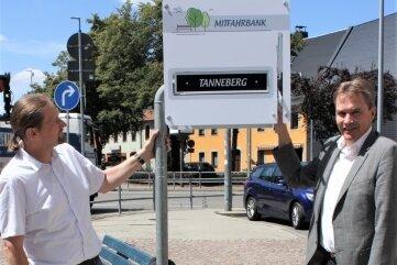 """Beigeordneter Holger Müller und OB Ralf Schreiber (re.) an der Mitfahrbank an der Rochlitzer Straße, die ein """"Ziel-Schild"""" hat."""