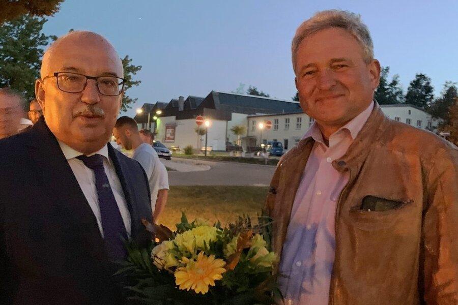 Steffen Ludwig (links) gratulierte im Namen der Bürgermeister des Landkreises Wahlsieger Michael Franke.