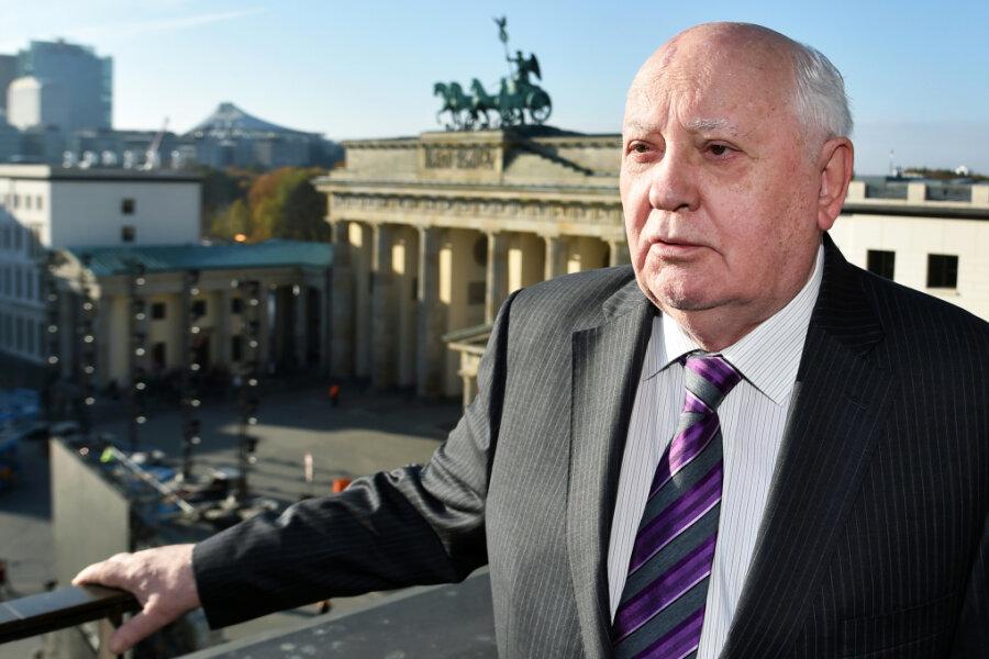 Der frühere sowjetische Staatspräsident Michail Gorbatschow am Pariser Platz, im Hintergrund das Brandenburger Tor.