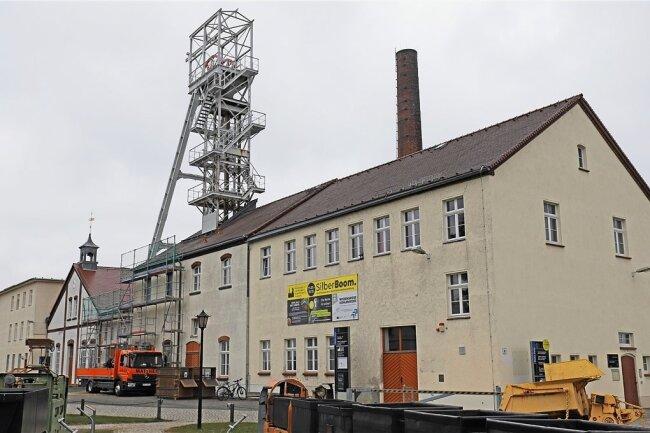 Auf dem Forschungs- und Lehrbergwerk Reiche Zeche der TU Bergakademie Freiberg haben die Arbeiten zur Sanierung des Fördergerüsts begonnen.