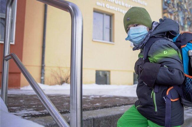 Max geht in die erste Klasse. Im Unterricht dürfen er und seine Mitschüler den medizinischen Mund-Nasen-Schutz absetzen. Auf den Gängen und vor der Einrichtung ist das Tragen Pflicht. Trotz der Einschränkungen freut sich Max auf den Unterricht und seine Klassenkameraden.