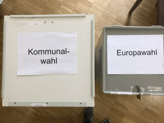 Wahlurnen im Wahllokal des Kirchberger Wahlbezirks 4.