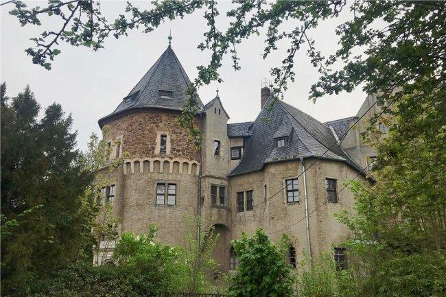 Der Verfall von Schloss Reinsberg soll jetzt ein Ende haben. Über eine Grundbesitz-GmbH hat Mathilda Martina Huss aus Potsdam das Anwesen erworben. Sie will es zu einem Treffpunkt für Wissenschaftler machen und veranschlagt für erste Sanierungsarbeiten 2 Millionen Euro.