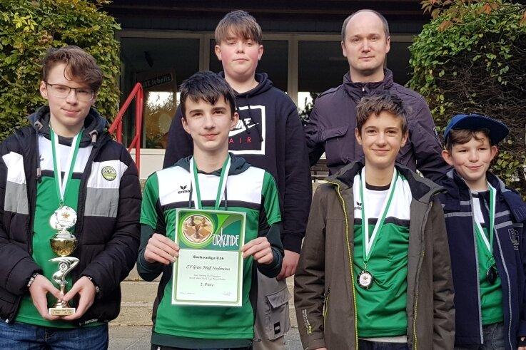 Der stolze Trainer Robert Wetzel und die Schachtalente des SV Niederwiesa. Sie brachten aus Sebnitz den Silberpokal und Medaillen mit.