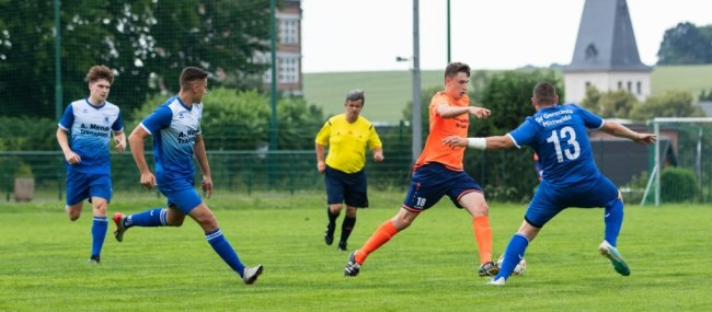 Kai Wüstner (oranges Trikot) war im Spiel der Oberlungwitzer gegen Mittweida nicht zu halten und erzielte drei Tore.