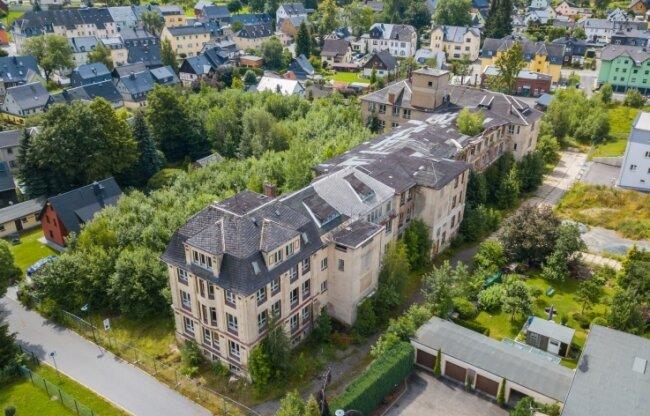 Blick aus der Luft auf das alte Messgerätewerk an der von-Otto-Straße in Zwönitz. Ein neuer Investor will den Gebäudekomplex nun abreißen und an gleicher Stelle neue Wohnhäuser errichten.