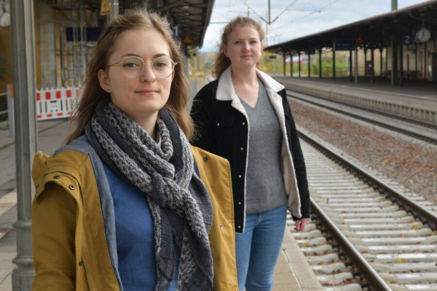 """Wer nutzt die Bahn in Zeiten der Pandemie? Carolin Lange (l.) und Eva-Maria Gey sind Berufspendlerinnen. In ihrer Kolumne in der """"Freien Presse"""" stellen sie die Mitfahrenden auf der Fahrt zwischen Dresden und Chemnitz vor."""