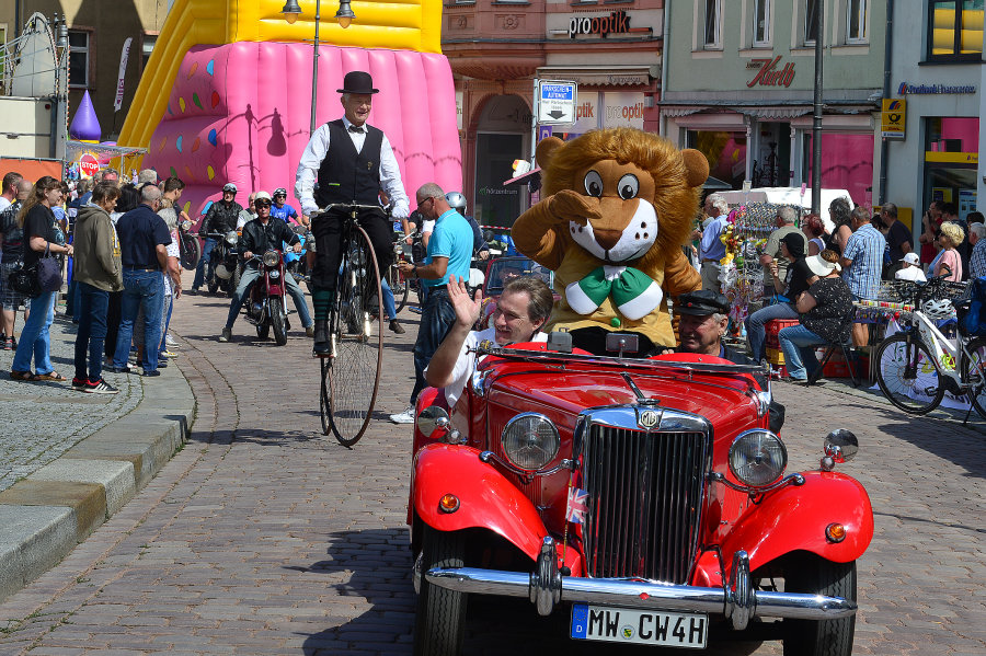 Der Oldtimerkorso zum Altstadtfest, angeführt von einem Wagen mit dem Mittweidaer Maskottchen und OB Ralf Schreiber,  führte am Sonntagnachmittag durch die Innenstadt von Mittweida und lockte viele Schaulustige an.