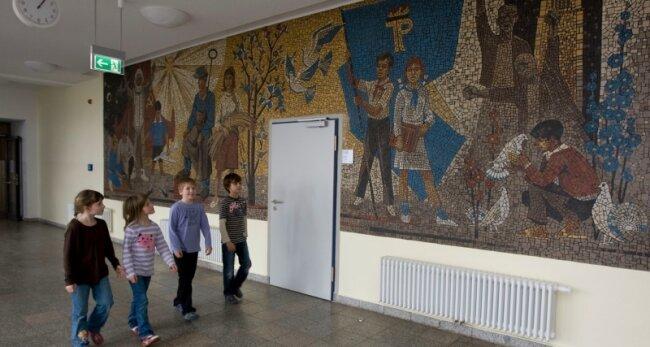 Das Wandbild im Flur der frisch sanierten Grundschule Reusa stößt wegen seiner unkommentierten Symbolik auf Kritik.