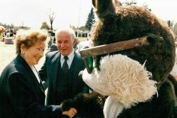 Kurt Biedenkopf besucht 1996 mit seiner Frau Ingrid die Landesgartenschau in Lichtenstein.