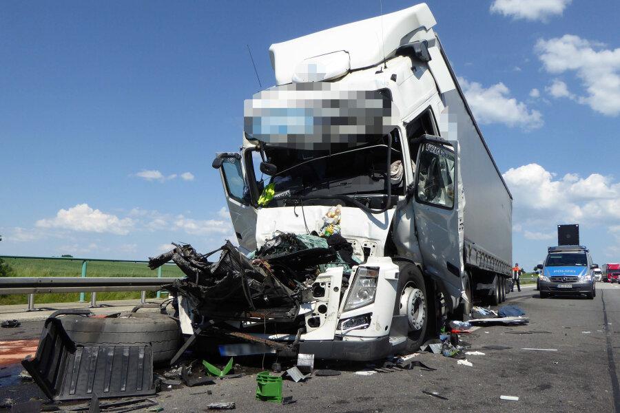 Unfall auf A4: Person in Fahrzeug eingeklemmt