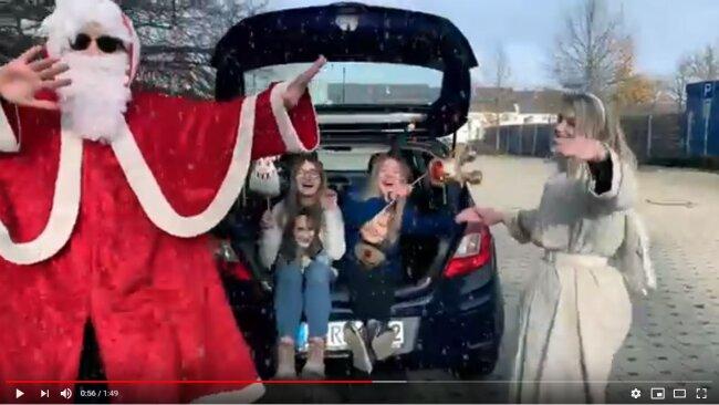 Machen sich mit einem selbst gedrehten Video für Reichenbach als Tour-Stopp für MDR Jump stark: Die Azubis (von links) Julius Kubanke als Weihnachtsmann, Luisa Brandenburg als Wichtel Sarafina (Sarah), Sophia Jugel als Wichtel Larissa (Lars) und Alina Dietel als Weihnachtsengel.