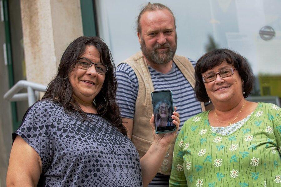 """Mona Aslani (links), Steffen Unglaub und Doritta Korte haben die Regionalgruppe Vogtland der Aktion """"Omas und Opas gegen Rechts"""" aus der Taufe gehoben. Ute Schumann war per Handy aus Erfurt zugeschaltet."""