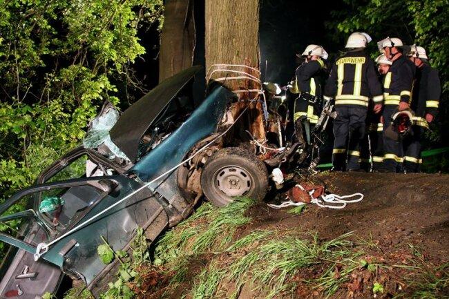 Bei diesem Unfall in Schwarzenberg starb am Samstag ein 18-Jähriger. Vier Mädchen im Alter von 14 bis 16 Jahren wurden schwer verletzt.
