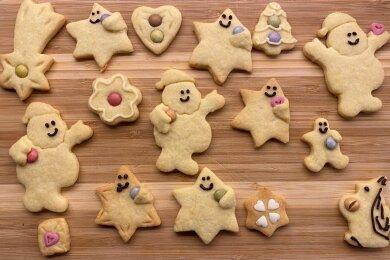 Ein Brettchen voller Plätzchenglück: Mit Smarties kann man Kekse kreativ verzieren.