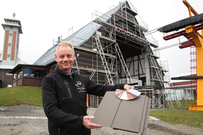 Jens Riedel hat der Bergstation der Fichtelberg-Schwebebahn zu einem frisch verkleideten, wettergeschützten Giebel verholfen.