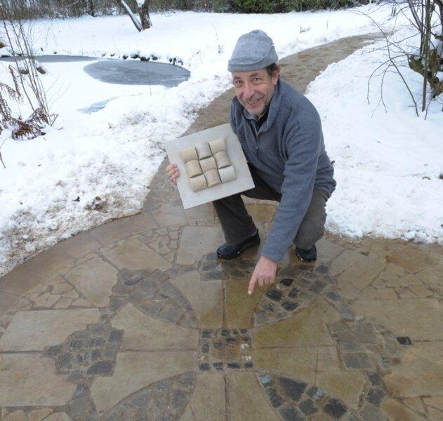 """Seit acht Jahren setzt sich der Pleißaer Reinhard P. Kilies mit dem Thema Stein auseinander. Aus seinen letzten originalen Steinen der Dresdner Frauenkirche hat er einen 50 Meter langen """"Kreuzweg"""" gestaltet."""