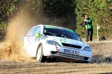 Volle Kanne durch die Lausitz: Bernd Knüpfer und Daniel Herzig vom MC Grünhain sicherten sich dank eines beherzten Auftritts bei der legendären Rallye Klassenplatz 2 und Gesamtrang 16. Zudem gab es die nötigen Zähler, um den Schotter-Cup für sich zu entscheiden.